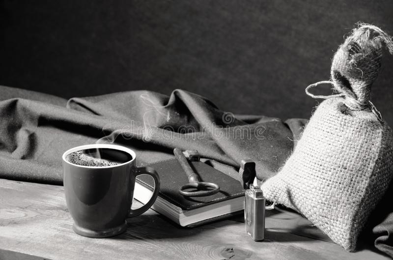 Tasse de café parmi des objets image libre de droits