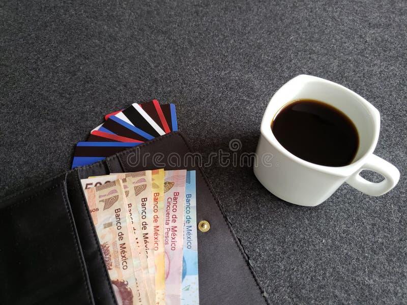 tasse de café, portefeuille de femme avec les billets de banque mexicains et cartes de crédit image libre de droits