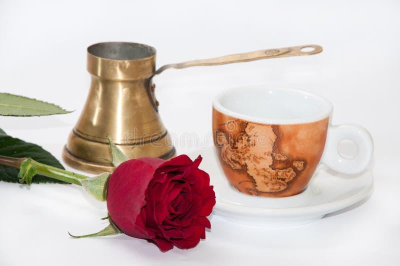 Tasse de café, pot de cuivre et rose de rouge photographie stock libre de droits