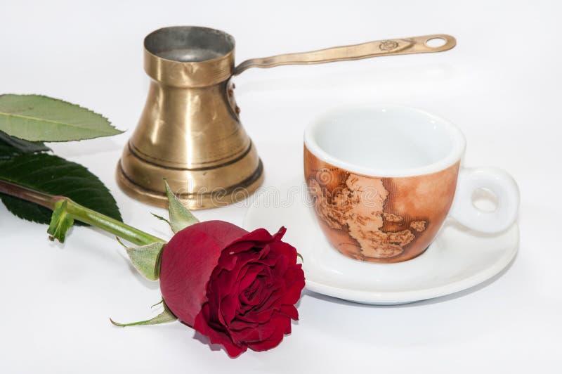 Tasse de café, pot de cuivre et rose de rouge image stock
