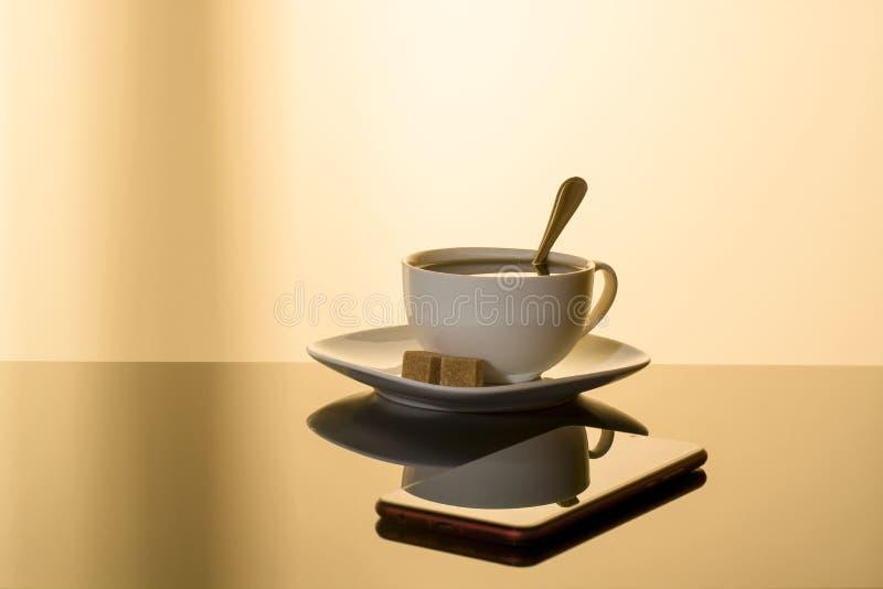 Tasse de café réfléchie au téléphone de table illustration de vecteur