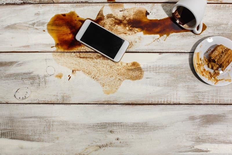 Tasse de café renversée sur la table en bois photo stock