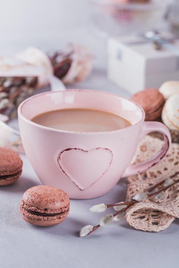 Tasse de café rose avec les macarons français en pastel doux, boîte-cadeau et photos libres de droits