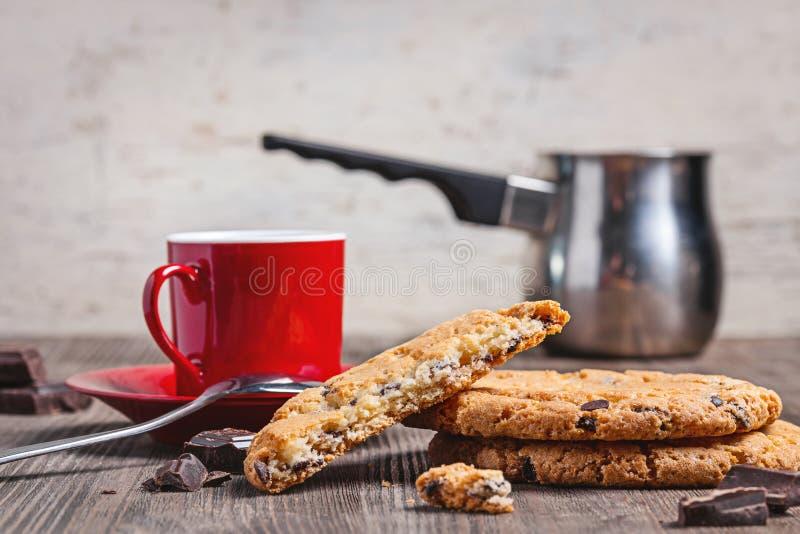 Tasse de café rouge, pot de café turc, biscuits frais pour le petit déjeuner images stock