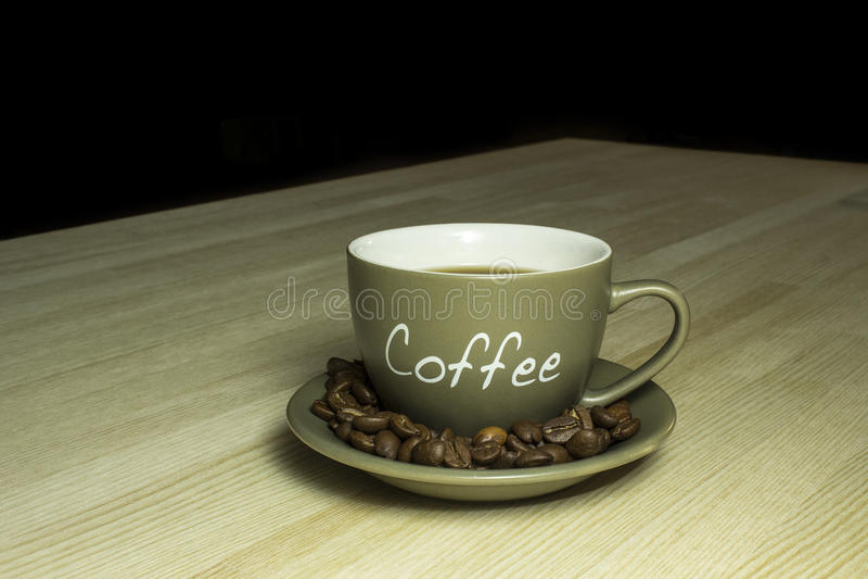Tasse de café se tenant sur une table en bois photos libres de droits