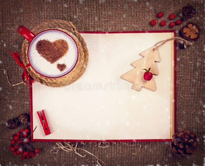 Tasse de café sur la carte de Noël photo libre de droits