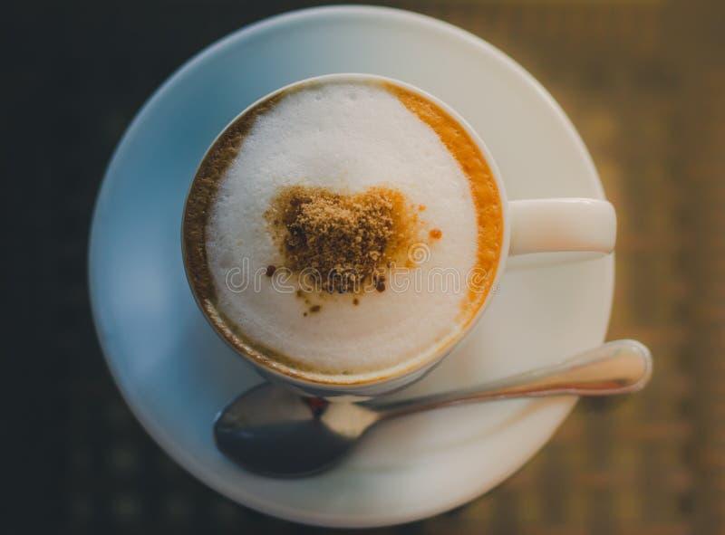 Tasse de café sur la table après travail image stock