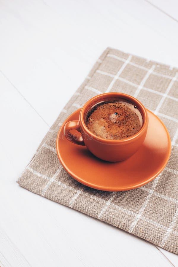 Tasse de café sur la table blanche photos libres de droits