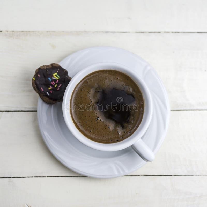 Tasse de café sur la table en bois blanche photos stock