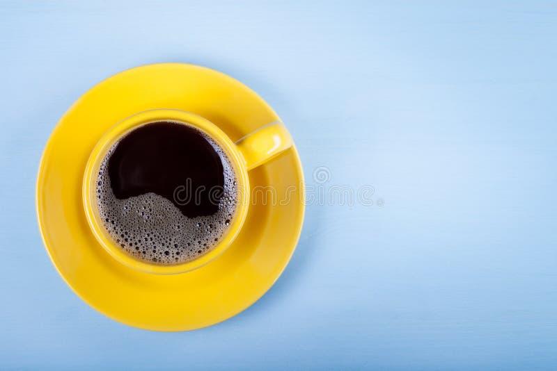 Tasse de café sur la table en bois bleue photo stock