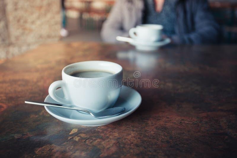 Tasse de café sur la table rustique photo libre de droits