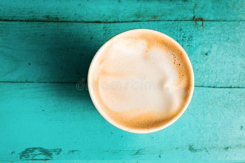 Tasse de café sur la vue supérieure en bois de table de turquoise photographie stock libre de droits