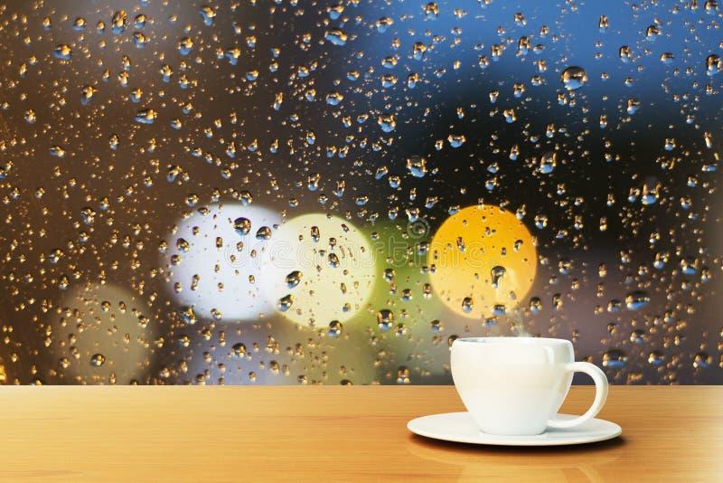Tasse de café sur le fond de la fenêtre avec des gouttes de pluie photos libres de droits