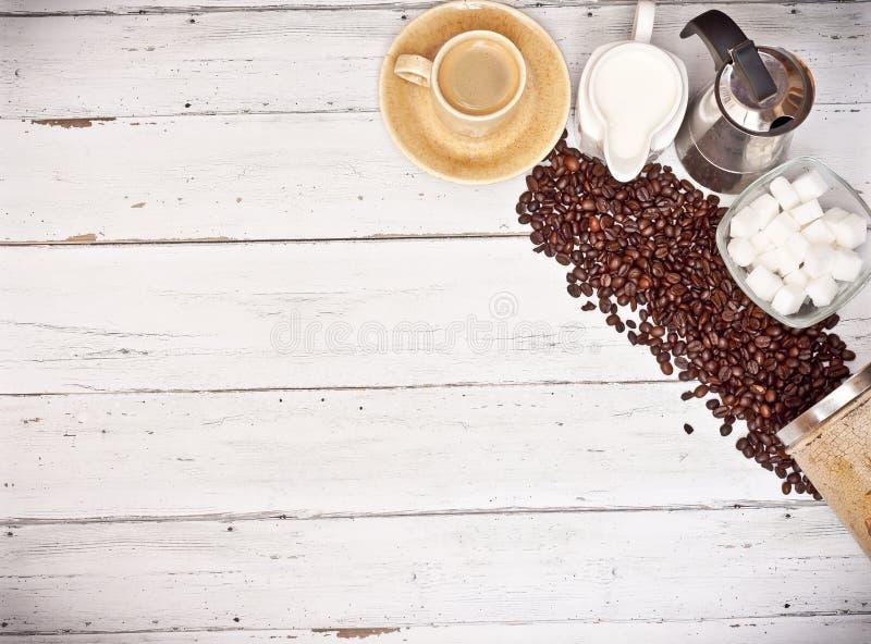 Tasse de café sur le fond en bois blanc image stock