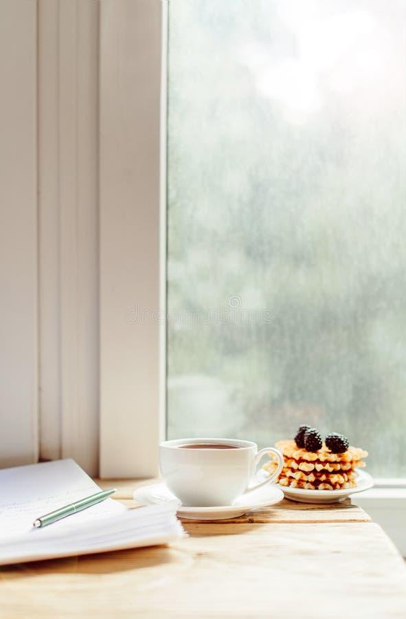 Tasse de café sur le vieux bureau en bois Bre simple d'espace de travail ou de café photo libre de droits
