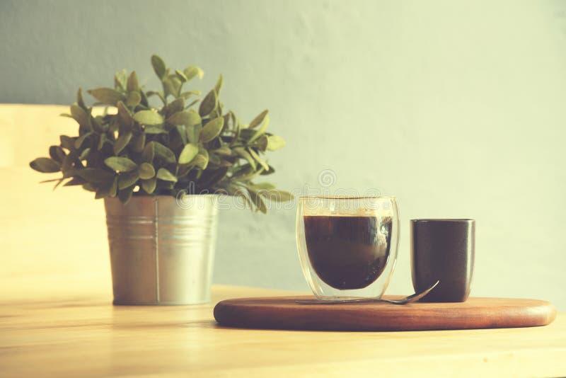 Tasse de café sur un fond en bois de table et de sac, ton de couleur de vintage photographie stock libre de droits