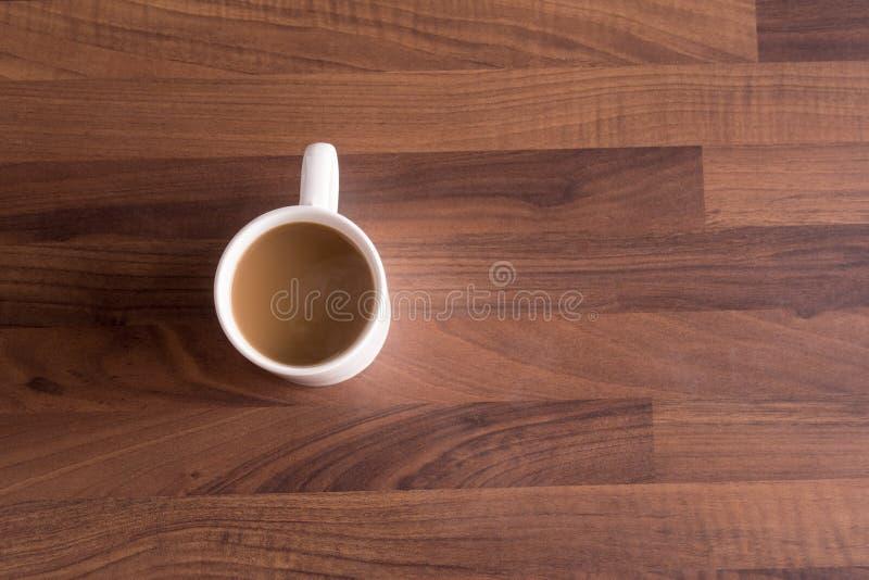 Tasse de café sur un plan de travail en bois foncé photos stock