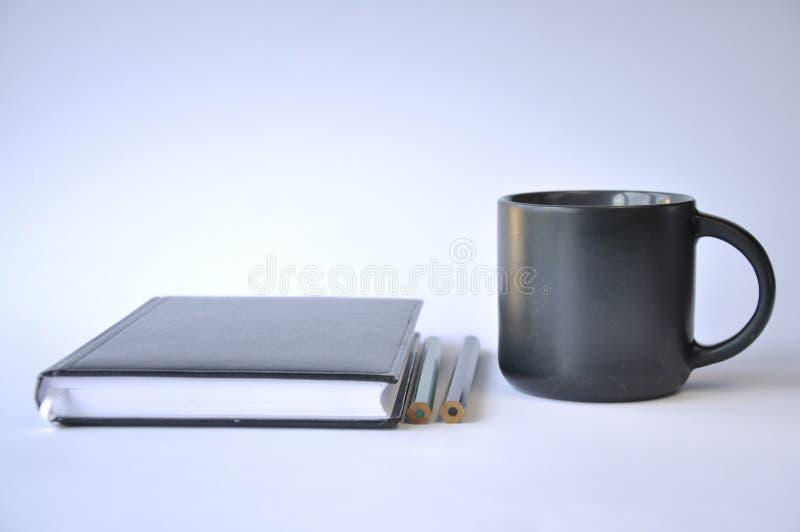 Tasse de caf? et de carnet sur la table photographie stock libre de droits