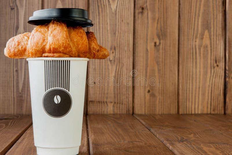Tasse de caf? et croissants de papier sur le fond en bois, l'espace de copie photo libre de droits
