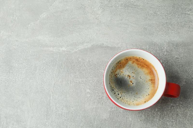 Tasse de caf? sur la table grise, vue sup?rieure photos libres de droits