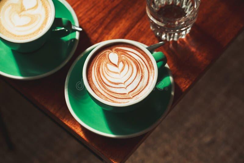 Tasse de cappuccino avec l'art de latte photographie stock