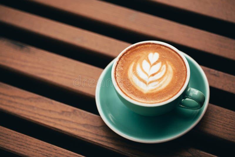 Tasse de cappuccino avec la belle mousse photo stock