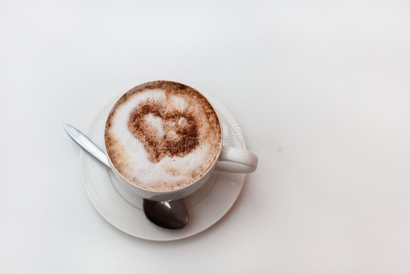 Tasse de cappuccino sur le fond blanc de table Boisson au lait d'écrou Copiez l'espace Vue sup?rieure horizontal Concept sans lac images stock