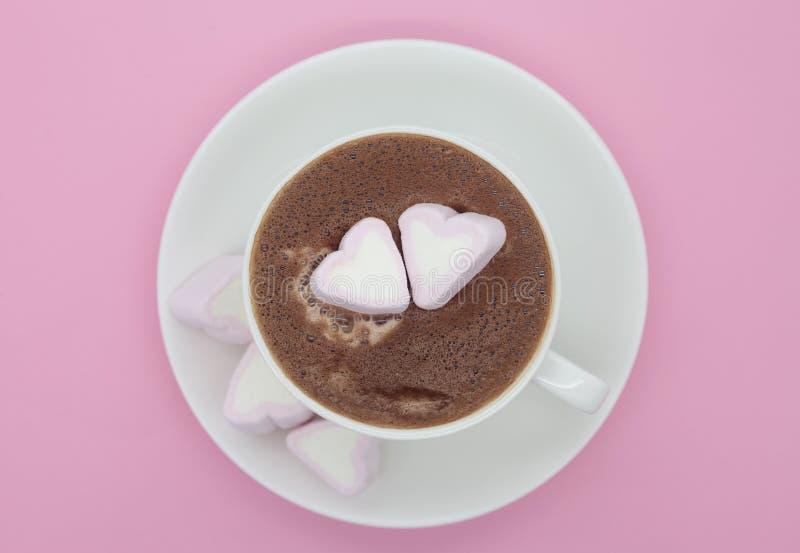 Tasse de chocolat avec les guimauves en forme de coeur image libre de droits
