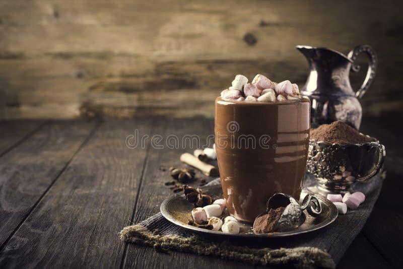 Tasse de chocolat chaud avec de mini guimauves image stock