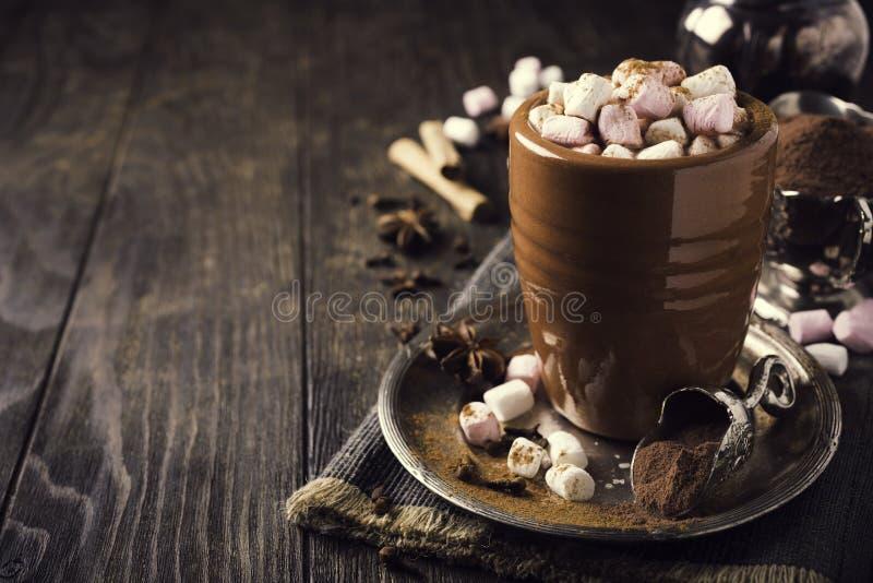 Tasse de chocolat chaud avec de mini guimauves image libre de droits