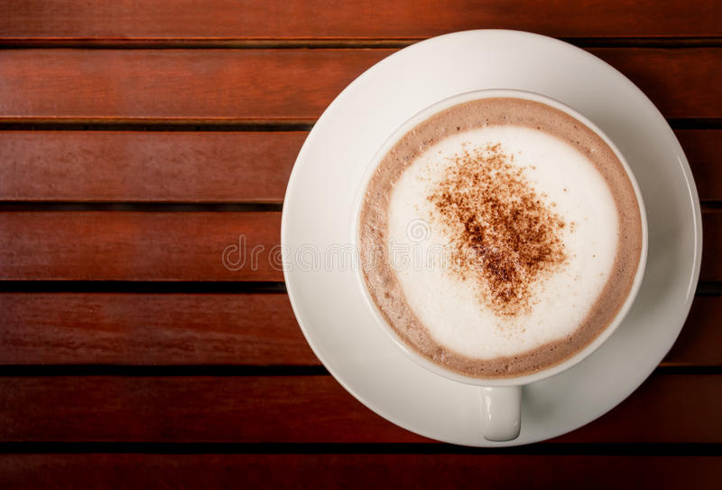 Tasse de chocolat chaud sur le fond en bois brun de table image stock