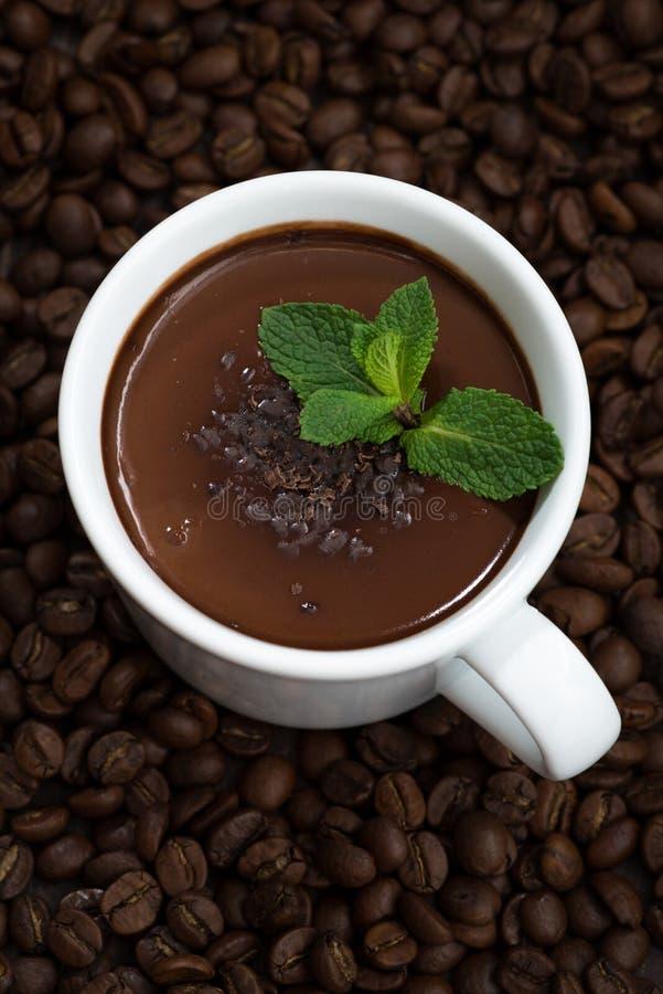 tasse de chocolat en bon état chaud sur le fond des grains de café photographie stock