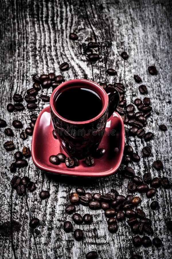 Tasse de cofee et grains de café sur la vieille table en bois grise Selectiv image libre de droits