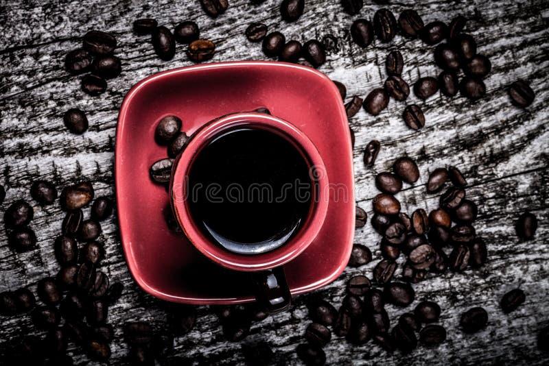 Tasse de cofee et grains de café sur la vieille table en bois grise toned photographie stock libre de droits