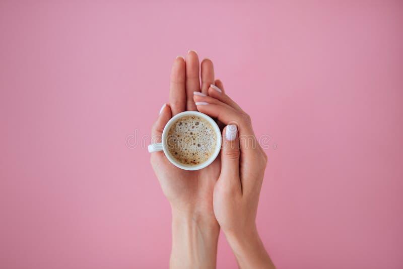 Tasse de coffe dans les mains photos stock
