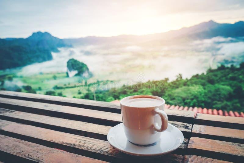 Tasse de coffe sur le compteur de barre de table photos libres de droits