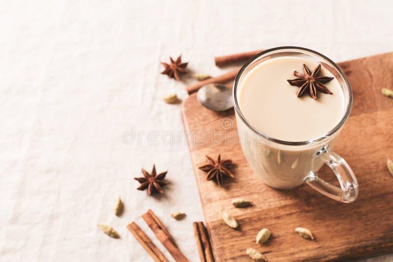 Tasse de dernière boisson chaude de thé ou de café, d'hiver et d'automne d'épice photos libres de droits