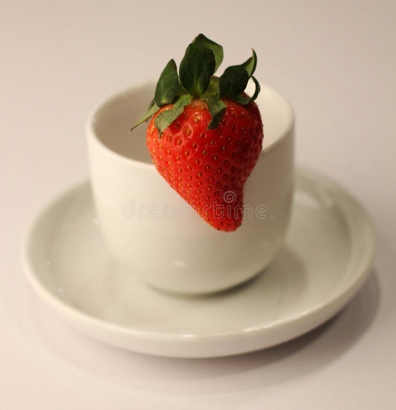 Tasse de fraise photo stock