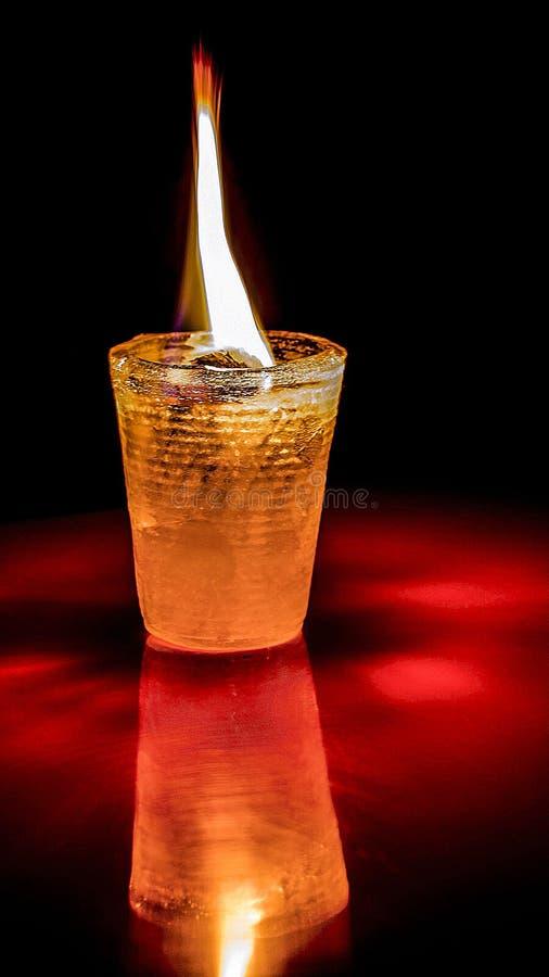Tasse de glace sur le feu photographie stock libre de droits