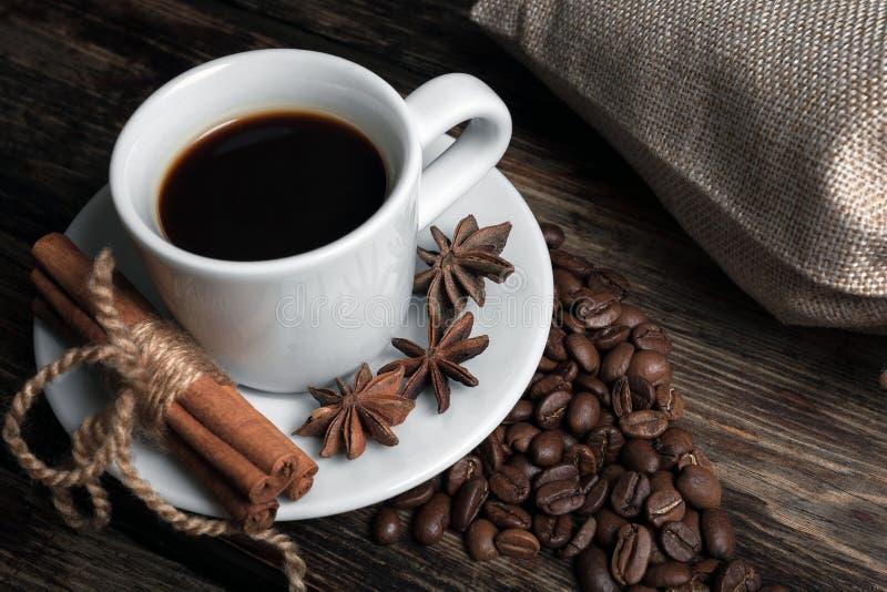 Tasse de goût de café avec les grains rôtis photographie stock