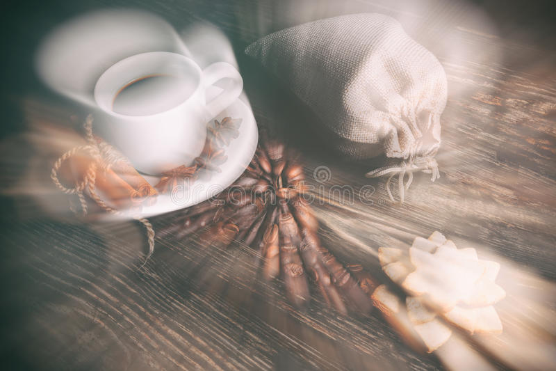 Tasse de goût de café avec les grains rôtis images libres de droits