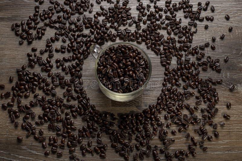 Tasse de grains de café sur un Tableau en bois photo libre de droits
