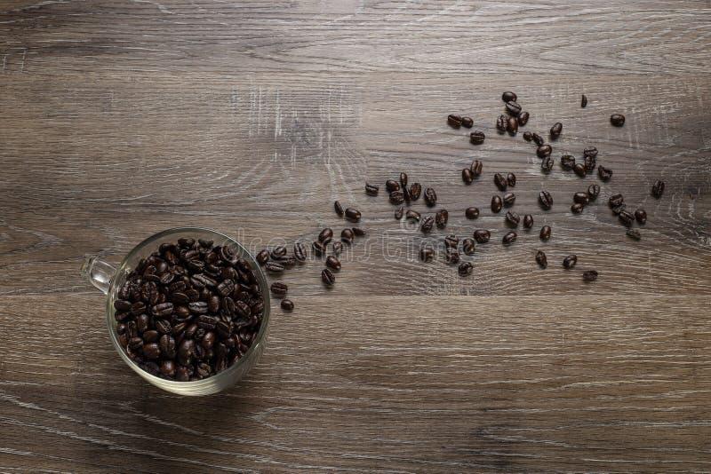 Tasse de grains de café sur un Tableau en bois images stock