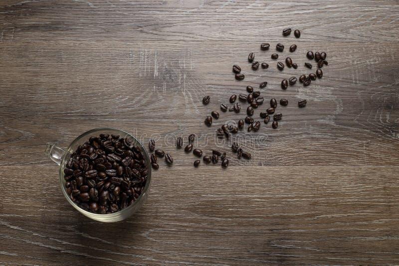 Tasse de grains de café sur un Tableau en bois photos libres de droits