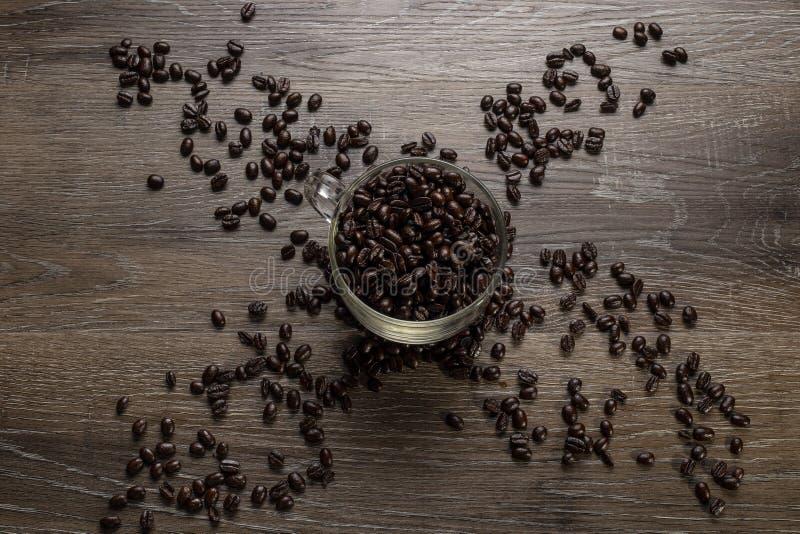 Tasse de grains de café sur un Tableau en bois images libres de droits