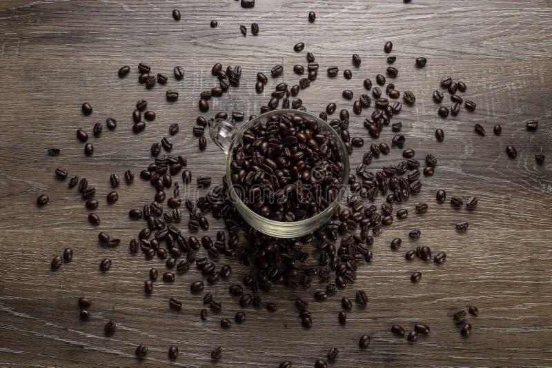 Tasse de grains de café sur un Tableau en bois photographie stock libre de droits
