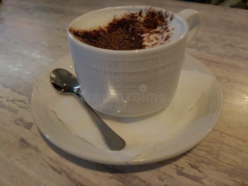 Tasse de lait avec le cinemon de cacao photos stock