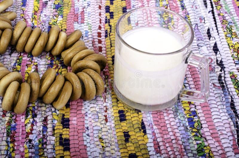 Tasse de lait et groupe de bagels image libre de droits