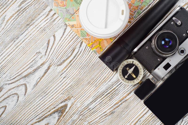 Tasse de lampe-torche d'entraînement d'instantané de boussole de smartphone d'appareil-photo de carte de voyage de café image stock