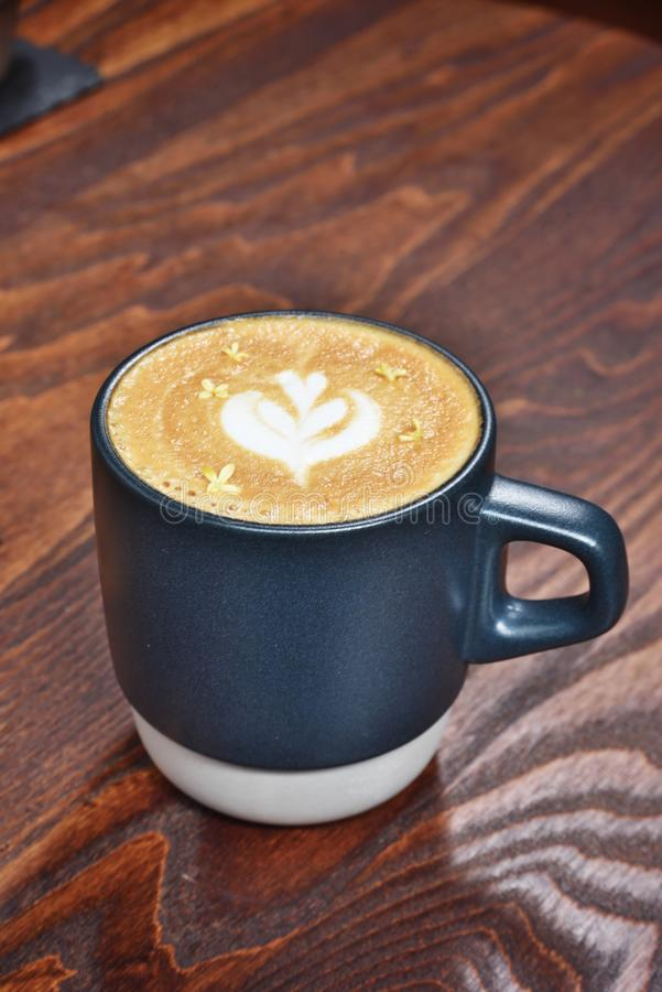 Tasse de lattle photographie stock